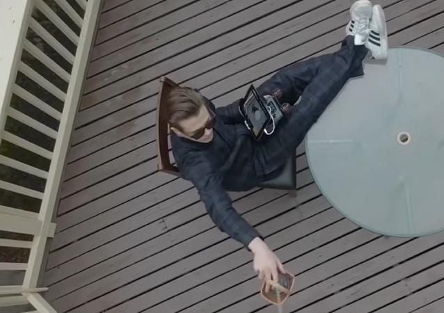 Un hombre controlando un dron