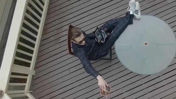 Un hombre controlando un dron - Sputnik Mundo