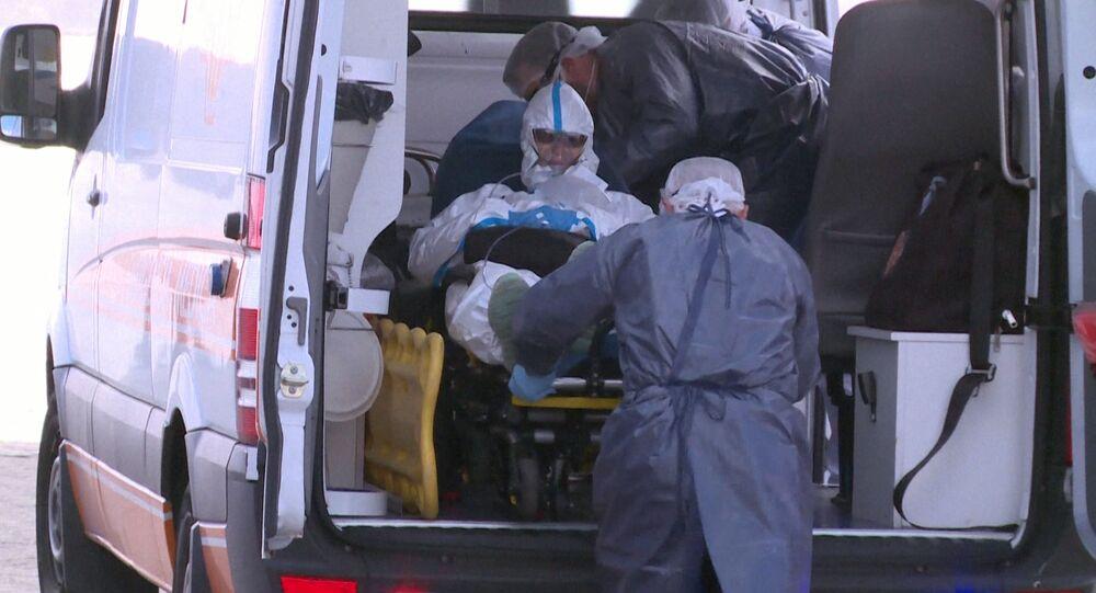 Ambulancia con un enfermo de COVID-19 en Uruguay