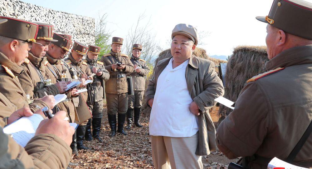 Kim Jong-un, dirigente de Corea del Norte, durante un entrenamiento de artillería