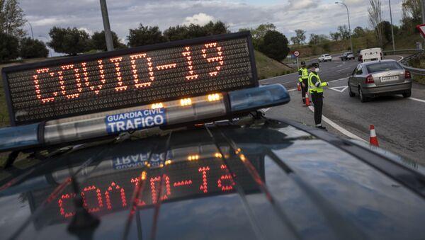 Офицеры испанской полиции на контрольно-пропускном пункте в Мадриде - Sputnik Mundo