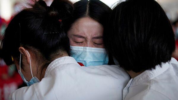 Медицинские работники в международном аэропорту Ухань-Тяньхэ, Китай  - Sputnik Mundo