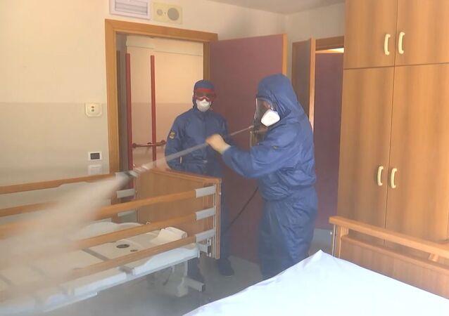 Así desinfectan una residencia de ancianos los especialistas rusos e italianos