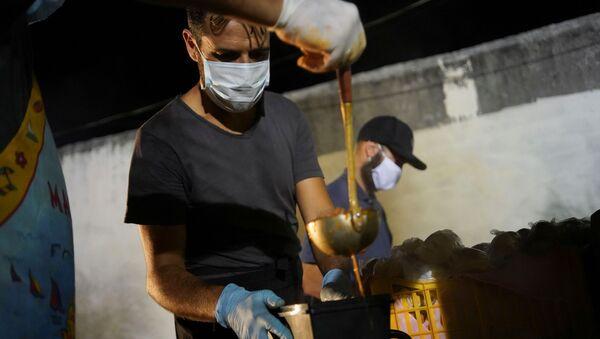 La gente reparte la comida en las calles de Montevideo - Sputnik Mundo