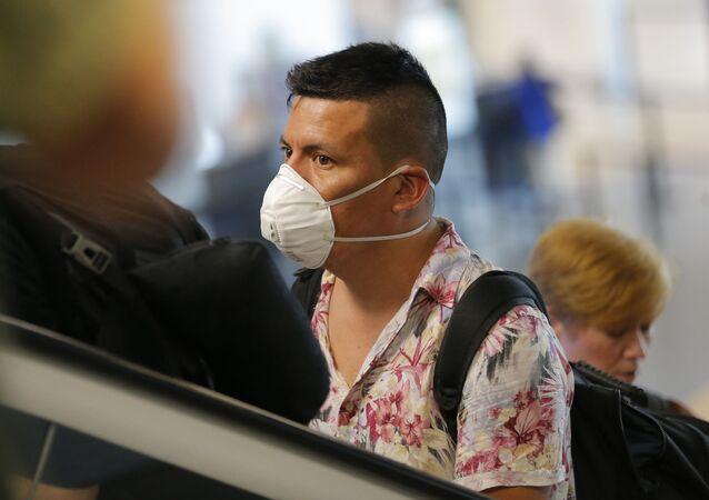 Un viajero en el aeropuerto de Lima, Perú