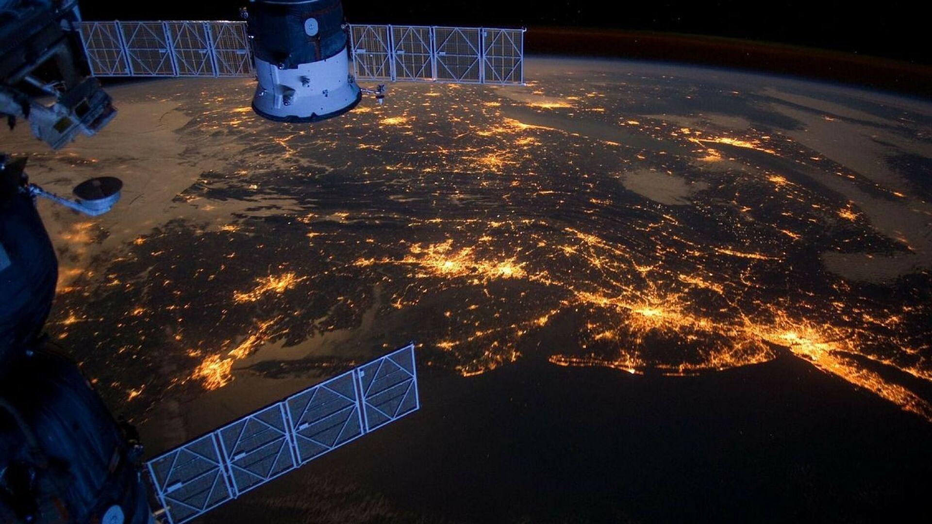 Satélite en el espacio  - Sputnik Mundo, 1920, 03.04.2021