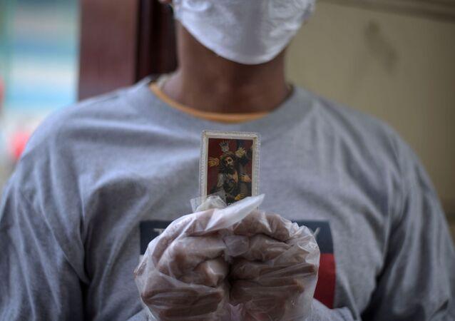 Una persona con una imagen de Jesucristo en Ecuador