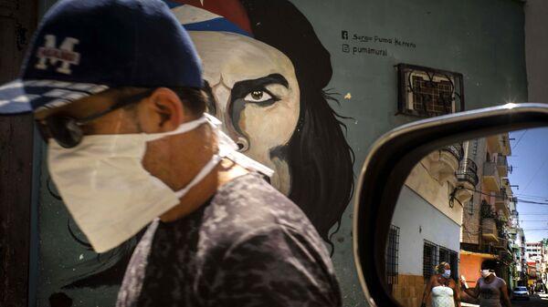 Un hombre en mascarilla en la Habana, Cuba - Sputnik Mundo
