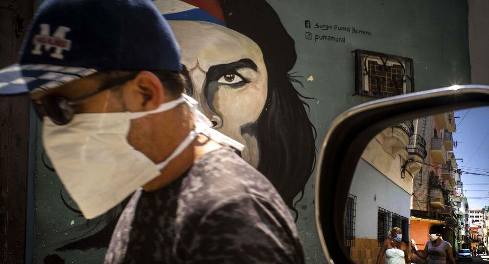 Un hombre en mascarilla en la Habana, Cuba