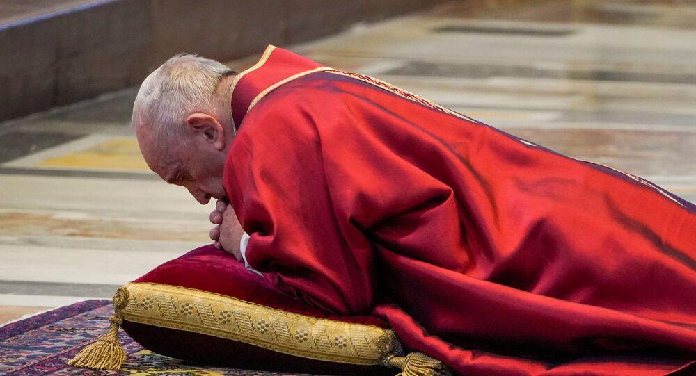 El papa Francisco oficia una misa sin feligreses