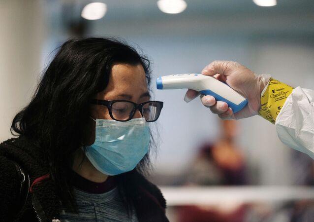 Miden la temperatura de una persona en mascarilla