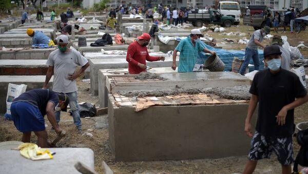 Personas construyen tumbas en el cementerio Angela Maria Canalis en Guayaquil, Ecuador - Sputnik Mundo