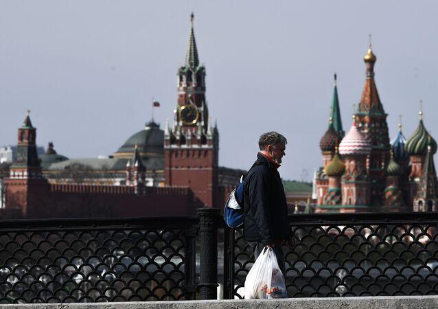 Un hombre en el centro de Moscú