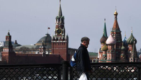Un hombre en el centro de Moscú - Sputnik Mundo