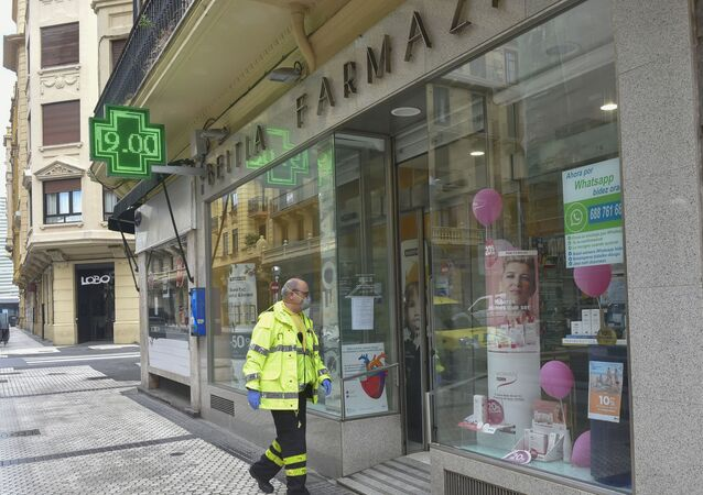 Voluntario entrando en una farmacia de San Sebastián (España)