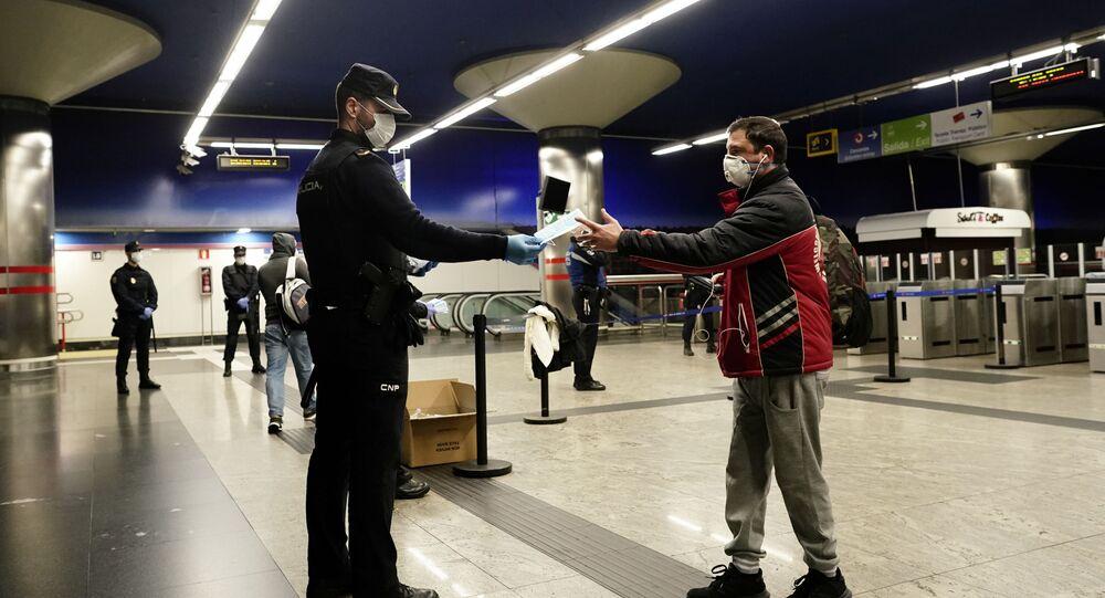 Policía Nacional reparte mascarillas en el metro de Madrid por el coronavirus