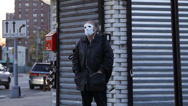 Un hombre con mascarilla debido al coronavirus en Nueva York, EEUU - Sputnik Mundo