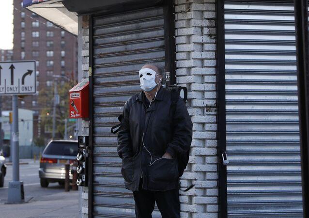 Un hombre con mascarilla debido al coronavirus en Nueva York, EEUU
