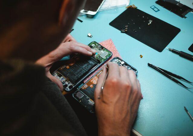 Una persona arregla un móvil