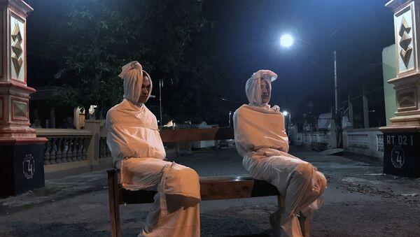voluntarios vestidos de 'pocong', unos temidos fantasmas indonesios - Sputnik Mundo