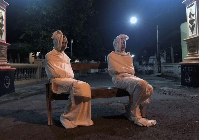 voluntarios vestidos de 'pocong', unos temidos fantasmas indonesios