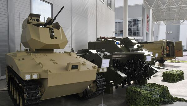 Soratnik, robot de combate (izquierda) - Sputnik Mundo