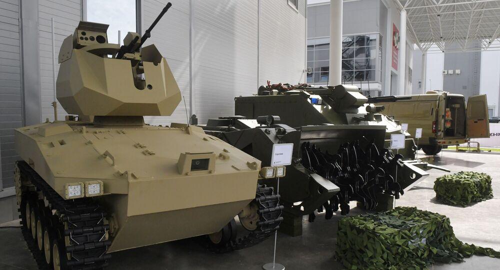 Soratnik, robot de combate (izquierda)