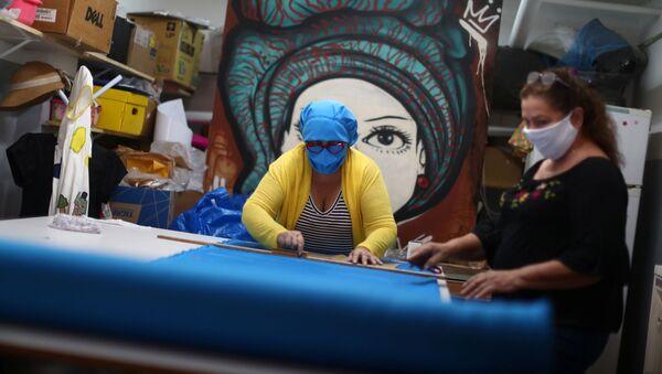 Los brasileños hacen mascarillas médicas - Sputnik Mundo