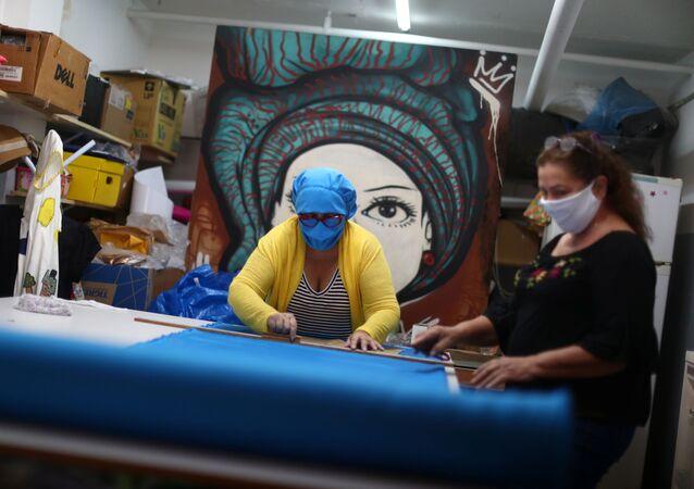 Los brasileños hacen mascarillas médicas