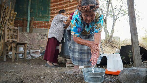 Unas mujeres indígenas en México se lavan las manos - Sputnik Mundo