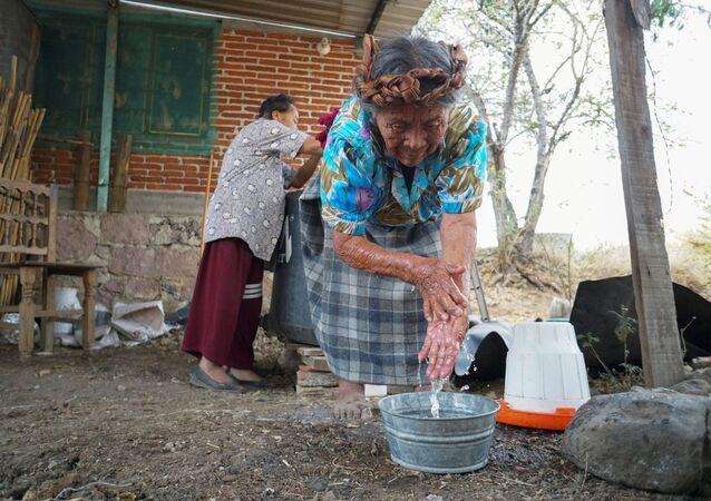Unas mujeres indígenas en México se lavan las manos