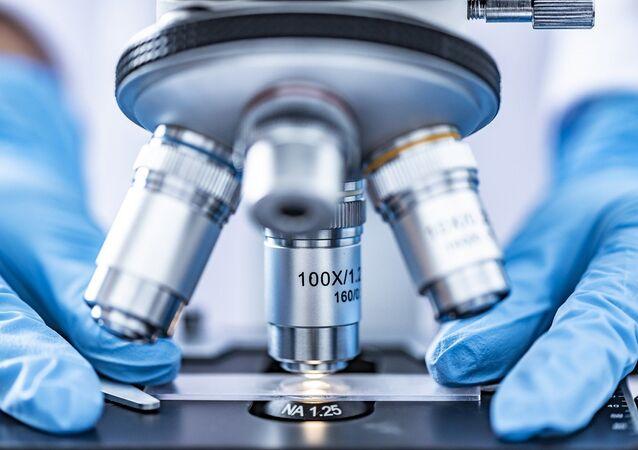 Microscopio. Análisis. Laboratorio. Imagen referencial