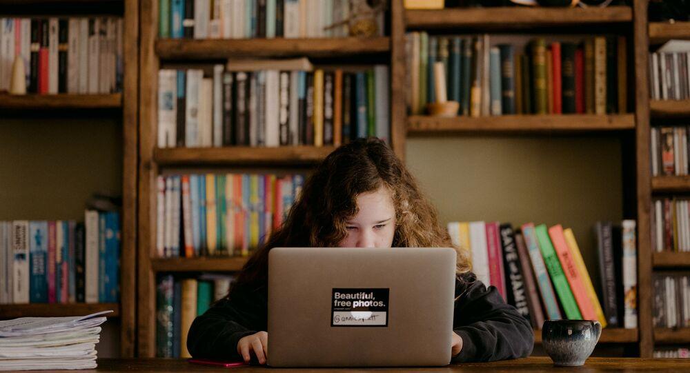 Una alumna estudiando a distancia (imagen referencial)