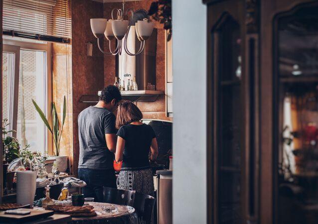 Una pareja en casa