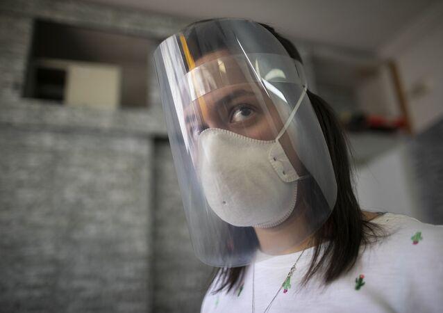 Una chica con escudo faciale hecho con impresoras 3D y cortadores a láser gracias el impulso de makers