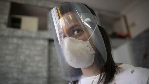 Una chica con escudo faciale hecho con impresoras 3D y cortadores a láser gracias el impulso de makers - Sputnik Mundo