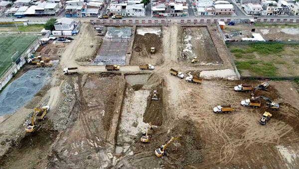 Excavadoras trabajan a toda máquina en el cementerio de Guayaquil  - Sputnik Mundo