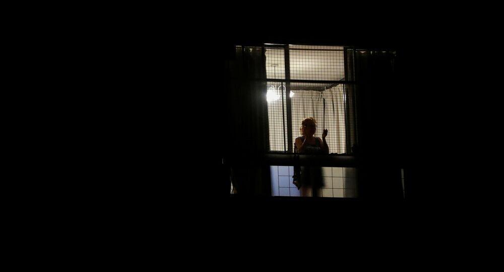 Mujer en una ventana en Buenos Aires