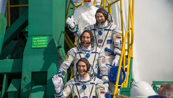 Los miembros de la Expedición 63, Chris Cassidy (NASA), Anatoli Ivanishin (Roscomos) y Ivan Vagner (Roscomos), embarcan rumbo a la Estación Espacial Internacional el 9 de abril de 2020 - Sputnik Mundo