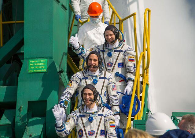 Los miembros de la Expedición 63, Chris Cassidy (NASA), Anatoli Ivanishin (Roscomos) y Ivan Vagner (Roscomos), embarcan rumbo a la Estación Espacial Internacional el 9 de abril de 2020