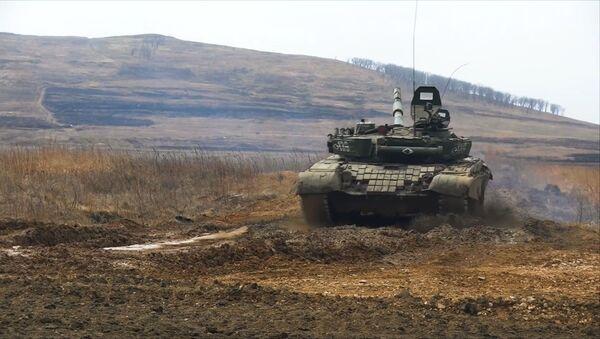 Tanquistas rusos pasan un examen de tiro y manejo de blindados - Sputnik Mundo