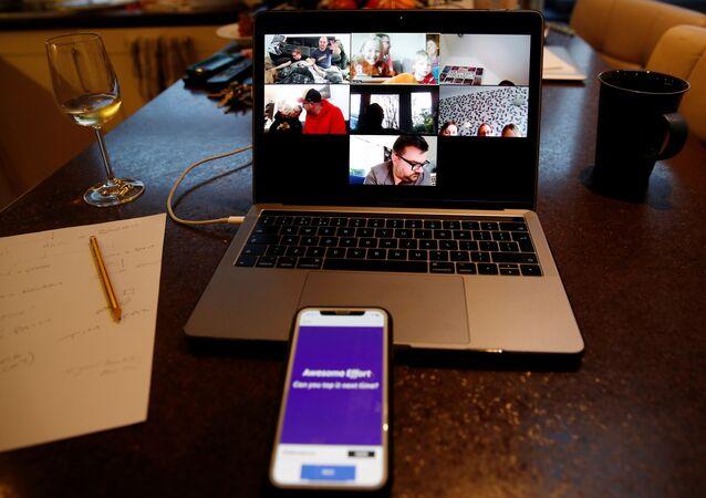 Una videoconferencia a través de la plataforma Zoom