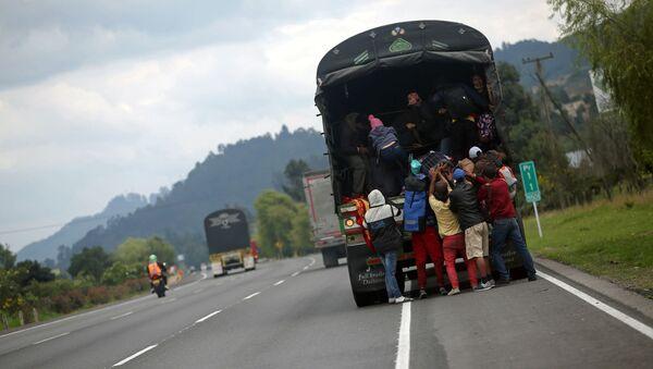 Venezolanos marchándose de Colombia - Sputnik Mundo