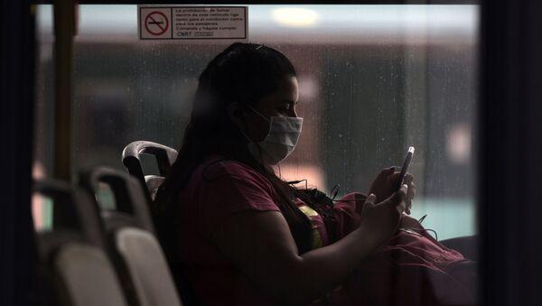 Una mujer con mascarilla en Buenos Aires, Argentina - Sputnik Mundo