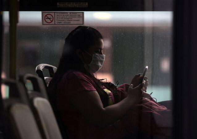 Una mujer con mascarilla en Buenos Aires, Argentina