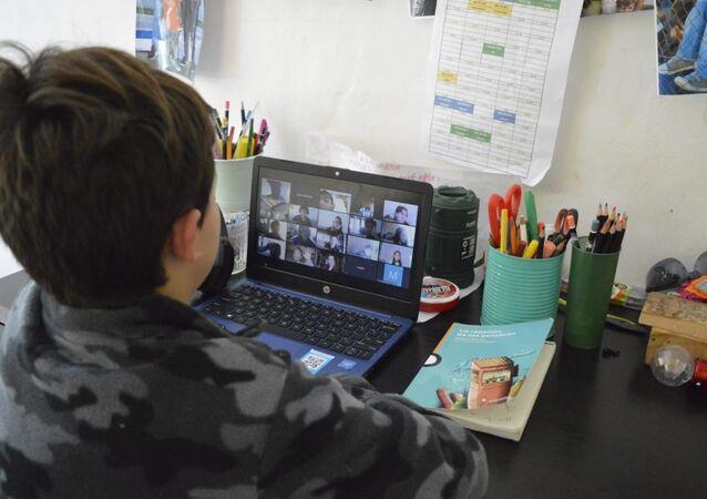 Escolar en clase online