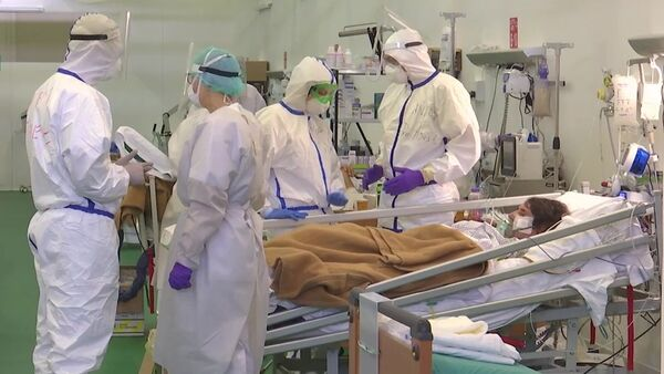 Médicos rusos e italianos en el hospital de Bérgamo, Italia - Sputnik Mundo