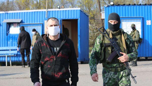 Representantes de Kiev y Donetsk realizan el canje de detenidos  - Sputnik Mundo