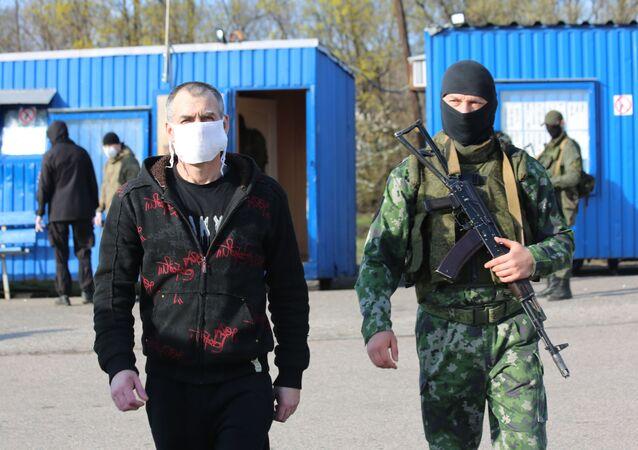 Representantes de Kiev y Donetsk realizan el canje de detenidos
