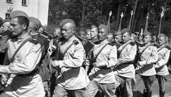 Los tanquistas soviéticos en un desfile en Berlín - Sputnik Mundo